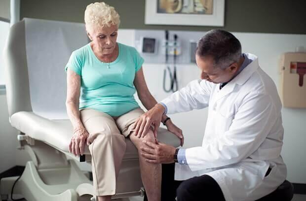 Médico examina paciente - 100dor